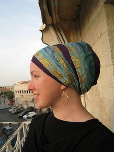 Ever despaired of deciding which tichels to throw into your suitcase? I'm in beautiful Israel right now, and I think I've finally perfected my packing strategy. Here are my favorite tip… Scarf Hairstyles, Twist Hairstyles, Head Scarf Styles, African Head Wraps, Hair Cover, Bad Hair Day, Headdress, Betta, Head Scarfs