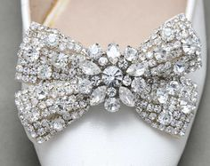 This rhinestone gold ribbon bow shoe clips features a stunning rhinestone crystals and rhinestone button at center with ivory ribbon $40