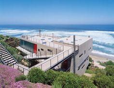 """Das aus orthogonal angeordneten Rechtecken bestehende """"11 Mujeres House"""" ragt über einen steilen Abhang in Cachagua, Chile, hinaus. Der Architekt Mathias Klotz hat es für eine Familie mit elf Frauen gebaut, daher der Name."""