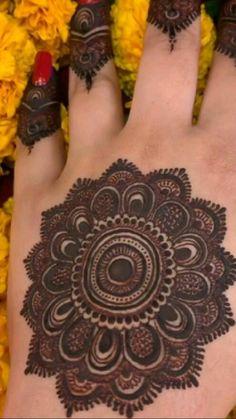 Circle Mehndi Designs, Kashee's Mehndi Designs, Henna Tattoo Designs Simple, Back Hand Mehndi Designs, Latest Bridal Mehndi Designs, Mehndi Designs For Girls, Mehndi Designs For Beginners, Mehndi Design Photos, Wedding Mehndi Designs