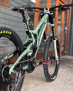 Rate this awesome Santa Cruz Owne - Dream Bikes - Mountain Bikes - Bike Mt Bike, Mtb Bicycle, Cycling Bikes, Best Mountain Bikes, Mountain Bike Trails, Fully Bike, Santa Cruz V10, Santa Cruz Nomad, Vtt Dirt