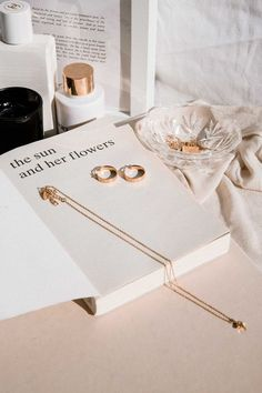 Cream Aesthetic, Gold Aesthetic, Classy Aesthetic, Aesthetic Vintage, Flat Lay Photography, Jewelry Photography, Fashion Photography, Kreative Portraits, Images Esthétiques