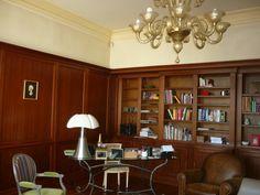 Très belle maison bourgeoise d'environ 300 m² ouvrant sur une cour d'environ 70 m² avec son garage et développant sur deux étages une grande entrée, un séjour double, une cuisine, trois chambres, deux salles de bains , un fumoir, deux dressings, une cave, et une buanderie. Le garage peut être surélevé et agrandi.  Secteur : Croix Blanche  REF: 04564 Prix : 1.522.000 € FAI