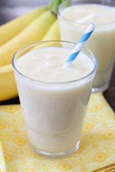 How many calories in a banana smoothie? When figuring the calorie count of the banana smoothie there are a few important considerations. Yummy Smoothies, Yummy Drinks, Healthy Drinks, Healthy Snacks, Yummy Food, Healthy Recipes, Making Smoothies, Pineapple Smoothies, Banana Smoothies