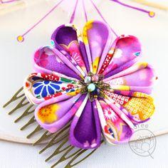 Fleur : env. 7cm de dmTissus japonaisApprêts de couleur bronzePeigne : 5,3cm de l x 3,5 de hCoeur de fleurs : perles de facettes de Bohème et coupelle en métalSupport en feutrine bordeauxPièce unique, faite à la main Bronze, Unique, Veneers Teeth, Japanese Language, Felt Fabric, Beads, Handmade, Hands, Flowers