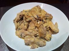 Creamy chicken. Boiled chicken added to our sauce of fried onions, mushrooms, basil and a little nutmeg!