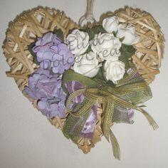 Cuore in vimini naturale con rose bianche e ortensie in pasta di mais