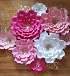 Conjunto de 8 flores de papel Este listado incluye: 3 X - flores grandes - 18-20 1 flor grande - 14-16 flores medianas 4 - 8- 10 Enviar una solicitud de orden de encargo con preferencia de color y la fecha de su evento. Cada flor está diseñado individualmente a mano o con la