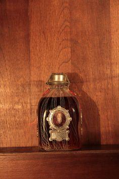 """Decanter comemorativo do tradicional whisky escoces Grand Old Parr com as inscricoes dizendo que o """"Old Parr"""" era o homem mais velho do reino com 152 anos de idade"""