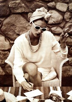 Love this look too for Mrs. Beauregarde - California, head wrap, white sunglasses, necklaces, sweater You are in the right place about Retro Style makeup Here we offer you the most beautiful pictures Looks Street Style, Looks Style, Looks Cool, Style Me, 60s Style, White Sunglasses, Vintage Sunglasses, Sunglasses 2016, Stylish Sunglasses