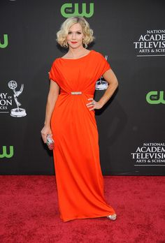 Jennie Garth Short Wavy Cut - Jennie stood out in a floor-length orange dress with a side-parted wavy hairstyle. High End Fashion, Love Fashion, Vintage Fashion, Vintage Style, Jennie Garth, Short Wavy, Hairstyle Look, Orange Dress, Wavy Hair