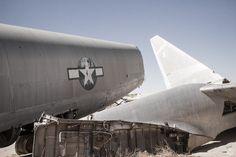 カルフォルニア州モハーヴェ砂漠、エドワーズ空軍基地近くに放棄された戦闘機が残されています。まさに爆撃機の廃墟。 The Mojave Desert, Edwards Air Force Base, has been a left of some abandoned aircrafts, and these old Cold War relics still stand and rot on remote deserted region.
