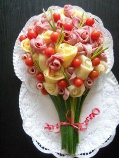 Un bel bouquet di formaggio, prosciutto e pomodorini. Ottimo per un elegante aperitivo.