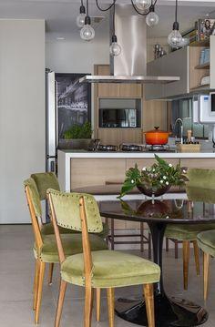 Com 100 m², este apartamento na Vila Nova Conceição, bairro paulistano, é dividido por mãe e filha. A primeira, organizadíssima e, a segunda, amante da gastronomia. O desafio da arquiteta Ana Yoshida, que assina o projeto, era ampliar a área social, integrá-la à cozinha e criar um ambiente confortável, amplo e aberto, contemporâneo, com tudo em seu lugar.