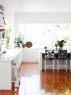 white kitchen – Photo -Toby Scott, production – Lucy Feagins / The Design Files.