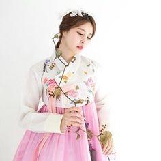"""#hanbok project #Photo by Derek Lee Sponsored by #w한복 . . . . #beauty #korea #model #fashion…"""""""