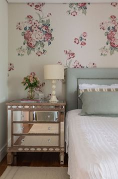 Are you starting a new home decor project or simply want to redecorate for the new season? Let yourself be inspired by these 20 luxurious bedroom design ideas you will want to copy! Cool Furniture, Bedroom Furniture, Bedroom Decor, Furniture Makers, Furniture Ideas, Bedroom Vintage, Dresser As Nightstand, Unique Nightstands, Trendy Home
