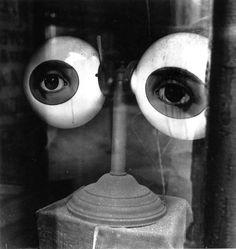 Irving Penn - Optician's Window (Later Version), New York, 1942. S)