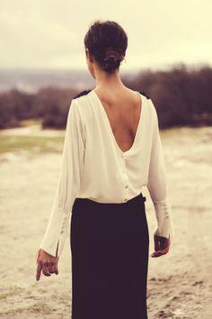 Camisa V beige con nudos en los hombros