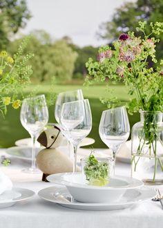 Dekorer bordet med skønne sommerblomster og brug masser af glas, der giver et let og sommerligt udtryk. Sæt prikken over i'et med en skøn Alfred sangfugl med studenterhue på hovedet. #inspirationdk #borddækning