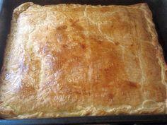 Τυροπιτα με σφολιατα Η ζέστη καλά κρατεί και εσύ σίγουρα δεν θέλεις να περάσεις τη μέρα σου στην κουζίνα μαγειρεύοντας. Όμως, η οικογένεια χρειάζεται ένα νόστιμο σνακ για όλες τις Cookbook Recipes, Cooking Recipes, Bread, Cookies, Food, Savoury Pies, Pastries, Crack Crackers, Eten