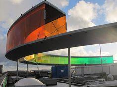 A estrutura de vidro tem diâmetro de 52 m e está suspensa a 3,5 m de altura por colunas instaladas sobre o teto do ARoS Museum of Art, proje...