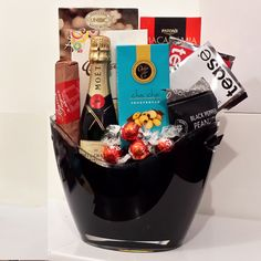 A Champagne Gift Basket That Is Perfect For Corporate Thank You Or Birthday We Are The First Choice To Buy Xmas Hampers In Melbourne
