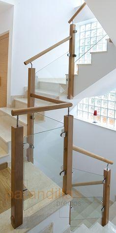 barandilla de madera y cristal montantes de x pasamano redondo de vidrio