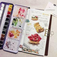 """安和路上的""""Boite de bijou#珠寶盒法式點心坊"""", *覆盆子塔,看似華麗卻是清爽不膩的口味。 *看似一般的#蘋果派 也好好吃,不會太甜膩,會一口接一口。 *我還是獨愛#檸檬塔,外表有一層綠油油的是羅勒耶!還有糖漬番茄,但不影響整體檸檬塔風味 #watercolor#Illustration#illustrator#winsorandnewton#paint#painting#draw#drawing#art#artwork#article#dessert#diary#midoritravelersnotebook#travelersnotebook#midori#teatime#afternoontea #日記#手繪#taiwan#taipeicafe#水彩#手帳#lemontart#applepie#maskingtape"""