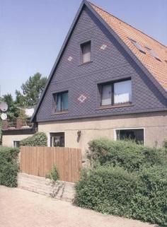 Altes Haus mit neuer Schieferverkleidung mit Blumen-Ornamenten. Fassadenarbeitn der Diehe Bedachungen GmbH in Elze (31008)   Dachdecker.com