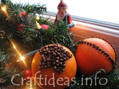 Christmas Craft Project - Easy Orange Pomanders for Kids - would make the kitchen smell yummers!