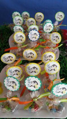 Vasitos de dulces rellenos de grageas de caramelos