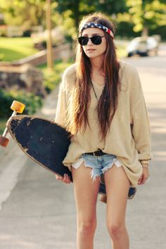 Shorts are a little short but the Skater girl outfit is cute. Love the look though Baggy Sweater Outfits, Baggy Sweaters, Sweater And Shorts, Baggy Pullover, Skater Girl Outfits, Skate Girl, Love Fashion, Womens Fashion, Skater Style