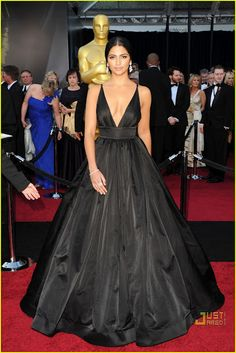 Camilla Alves (Matthew McConnauhey's partner) in Kaufman Franco at the 2011 Oscars. She looks quite gorgeous.