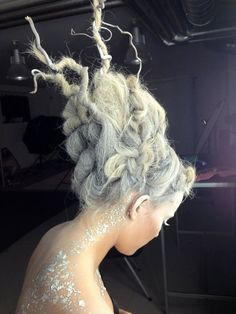 Oasis witch hazel white hair spray and a touch of creativity. Fantasy Hair, Fantasy Makeup, Snow Queen, Ice Queen, Avant Garde Hair, Photo Portrait, Queen Costume, Christmas Hairstyles, Hair Shows