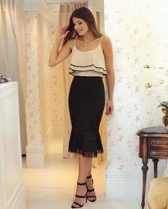 O tipo de look clássico e chique! Saia lápis com babado + regata @missmaryriopreto ❤️ Adoro esse modelo de saia que modela o corpo e fica super elegante ao mesmo tempo, perfeito para trabalhar ou sair à noite!