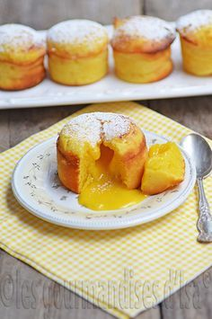 flowing with lemon, lemon curd, cake Desserts With Biscuits, Mini Desserts, Sweet Recipes, Cake Recipes, Dessert Recipes, Tapas, Lava Cakes, Love Food, Food And Drink