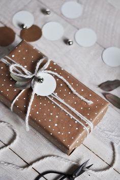 In meinem Adventskalender gab es bisher schon zwei Inspirationen für Geschenkverpackungen mit Kraftpapier. Mit rotem Kraftpapier und mit den Holzwürfeln. Aber wie in letzterem erwähnt, brodelt mein…