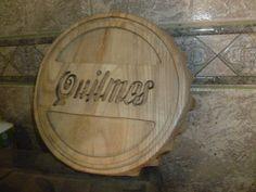 Tallado en pino de tapa de cerveza quilmes