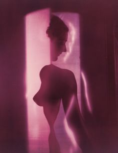 Erwin Blumenfeld, Untitled (1949), New York. Inspired by Cubist painters, Blumenfeld puts together an unsettling image through complex staging. Head, bust and arms are disconnected, placed in opposition by their orientations, their contours emphasised by luminous reflections. Taken as a whole, the photograph gives an impression of apparition.