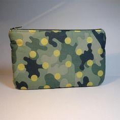 Trousse pochette plate tissu motifs camouflage vert à pois dorés