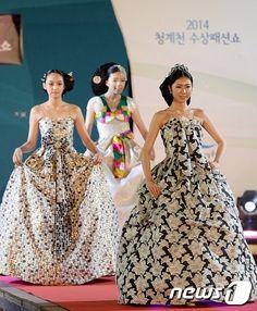 퓨전 한복이 대세- (서울=뉴스1) 손형주 기자 = 11일 오후 서울 동대문구 청계천 오간수교 수상무대에서 열린 청계천 우리옷 '한복 패션쇼'에서 모델들이 한복을 입고 워킹을 하고 있다.   이날 우리옷 전시는 한복 디자이너 박지현씨의 협찬으로 전통·기생·궁중 한복을 선보였다. 2014.