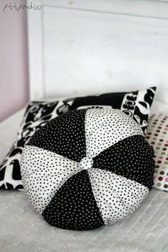 DIY Marimekko pillow Marimekko, Cushions, Throw Pillows, Sewing, Blog, Diy, Inspiration, Biblical Inspiration, Toss Pillows