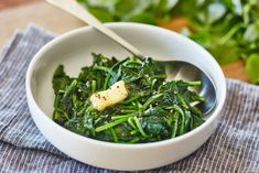 How To Quickly Cook Spinach on the Stovetop — Cooking Lessons from The Kitchn Pizza Side Dishes, Pizza Sides, Best Side Dishes, Side Dish Recipes, Dinner Recipes, Veggie Dishes, Spinach Juice, Baby Spinach, Creamed Spinach