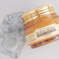 Enriched with Queen's Multi Nutri™ extract and rich aged honey to lock in long-lasting moisture, this rich moisturizing cream is suitable for all skin types and works to defeat dryness and give you a