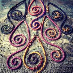 Függők... Pendants Felt Necklace, Pendant Necklace, Pendants, Beads, Type 3, Anna, Necklaces, Facebook, Photos