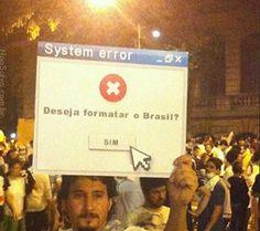 Manifestante ergue cartaz durante protestos no Rio de Janeiro.