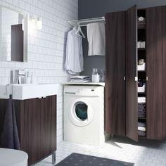 Salle de bains moderne intégrant un coin buanderie avec séchoir ALGOT, armoire et meuble lavabo LILLÅNGEN en brun-noir.