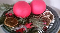 Plexiglaskugeln mit Seidenpapier und Serviettenkleber beklebt - in die Kugel ein Loch gebohrt und kleine Lichterkette reingesteckt