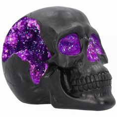 The most unassuming façade can hide the most scintillating interior. This matte black skull has eyes and nose holes that open up to a sparkling purple world. A large crack at the side of the skull reveals an enchanting purple crystal ge Crane, Crystal Aesthetic, Skull Artwork, Skull Drawings, Dark Drawings, Badass Skulls, Skull Illustration, Art Illustrations, Skull Wallpaper